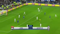 Juan Cuadrado scores in the match Lyon vs Juventus