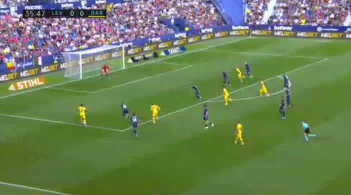 هدف أول ل برشلونة (ليونيل ميسي)